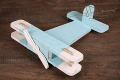 Letadýlko bledě modré s bílou patinou