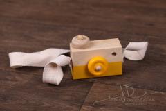 Foťáček dřevěný s popruhem žlutý